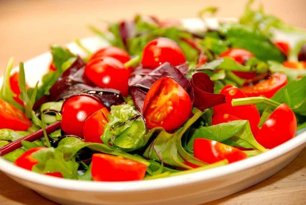 Virkelig dejlig tomatsalat med balsamico. Brg gerne små tomater som her Dulcita. Disse tomater er rt søde og perfekte til salatskålen. Foto: Guffeliguf.dk.