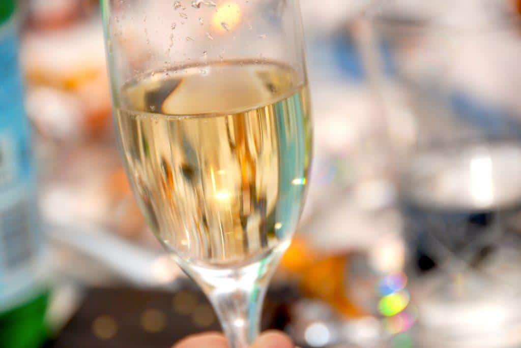 Det er nemt at lave en god velkomstdrink, og der er masser af muligheder. De mest populære er blandt andet Kir eller Kir Royal, men du kan også servere en god Asti. Det er også godt, at kende opskriften på den perfekte børnedrink uden alkohol. Foto: Guffeliguf.dk.