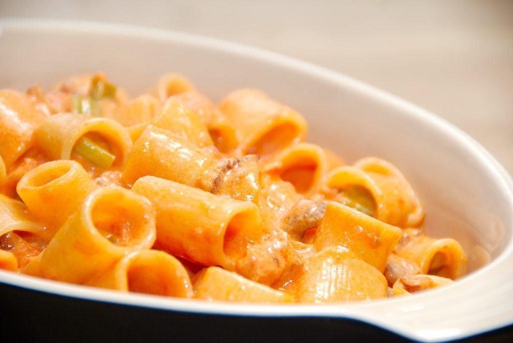 Prøv den lækre pasta fløde tomatsauce med bacon og bladselleri i små tern. Kan eventuelt serveres med en god tomatsalat. Foto:  Guffeliguf.dk.