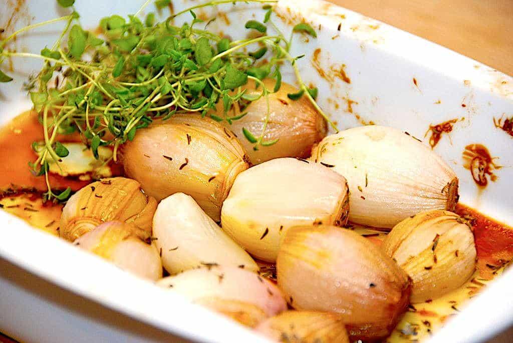 Bagte skalotteløg - opskrift med timian og balsamico