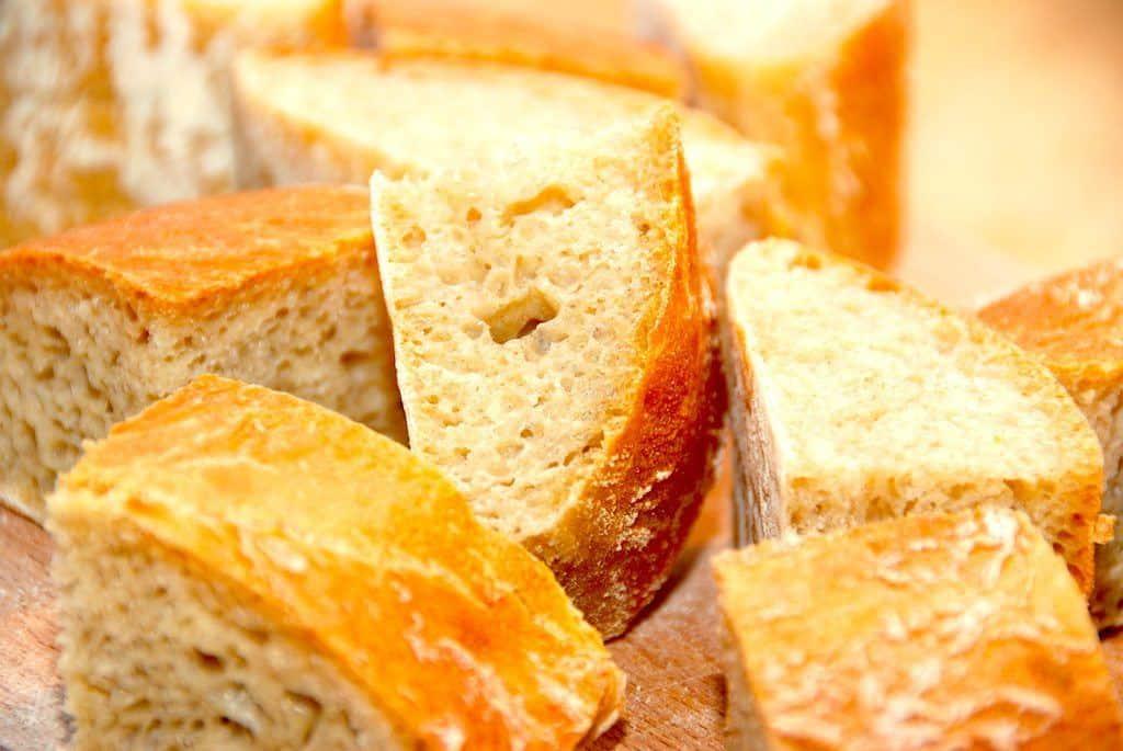 Lækkert brød med huller, der her er luftige og dejlige ciabatta brød. Foto: Guffeliguf.dk.