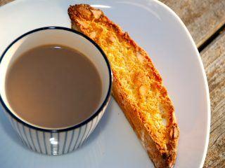 Sprøde cantuccini, der er italienske mandelbrød. De passer perfekt til både kaffe og vin, og så kan de holde længe. Foto: Guffeliguf.dk.