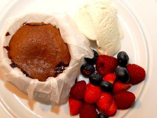 Lækker dessert med hjemmelavet chokolade coulant, der er en blødende chokoladekage. Her anrettet med en god vaniljeis og friske bær. Foto: Guffeliguf.dk.