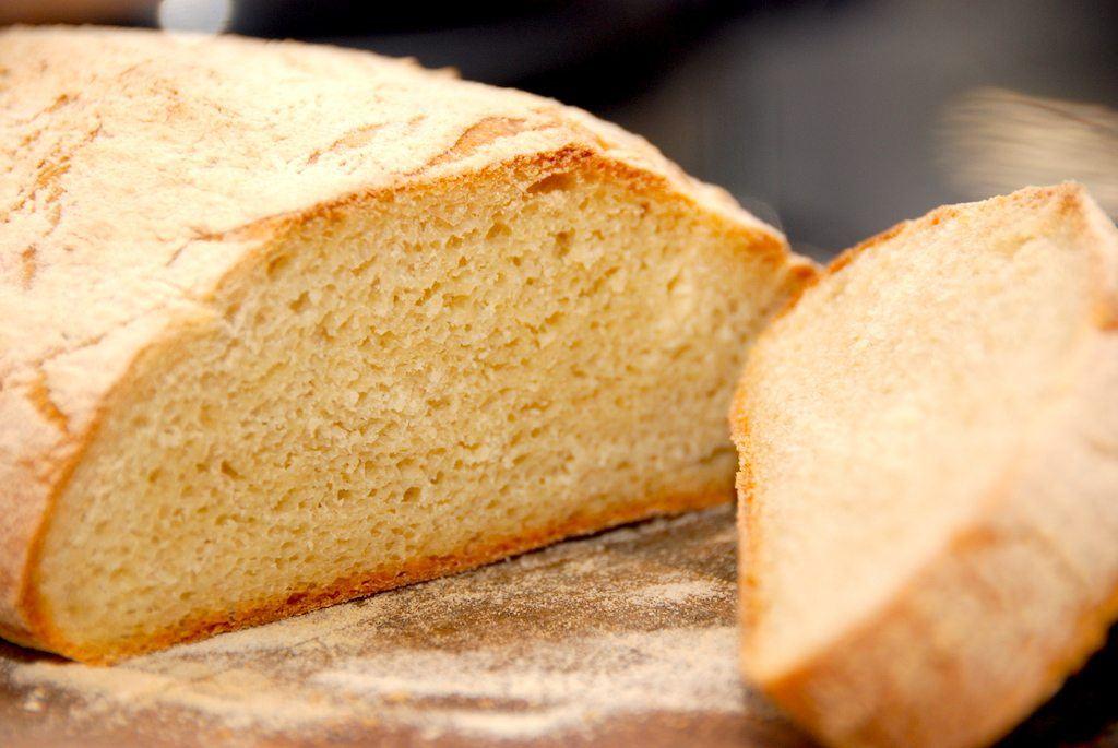 Lækkert ciabatta brød, der hæver i hævekurv, inden turen i ovnen. Opskriften giver et dejligt og rustikt brød efter italiensk forbillede, og her er der anvendt både gær og bagepulver. Foto: Guffeliguf.dk.