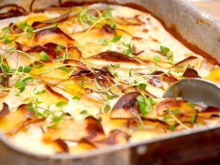 Du kan sagtens lave flødekartofler uden fløde, hvilket blot betyder en noget mere fedtfattig udgave af den populære kartoffelret. Her lavet med løg og hvidløg. Foto: Madensverden.dk.