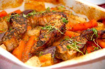 Gris i fad er dejlig hverdagsmad, hvor hele retten laves i ovnen. Så det er nem aftensmad. I fadet kommes også stykker af knoldselleri, rødløg og små gulerødder. Foto: Madensverden.dk.