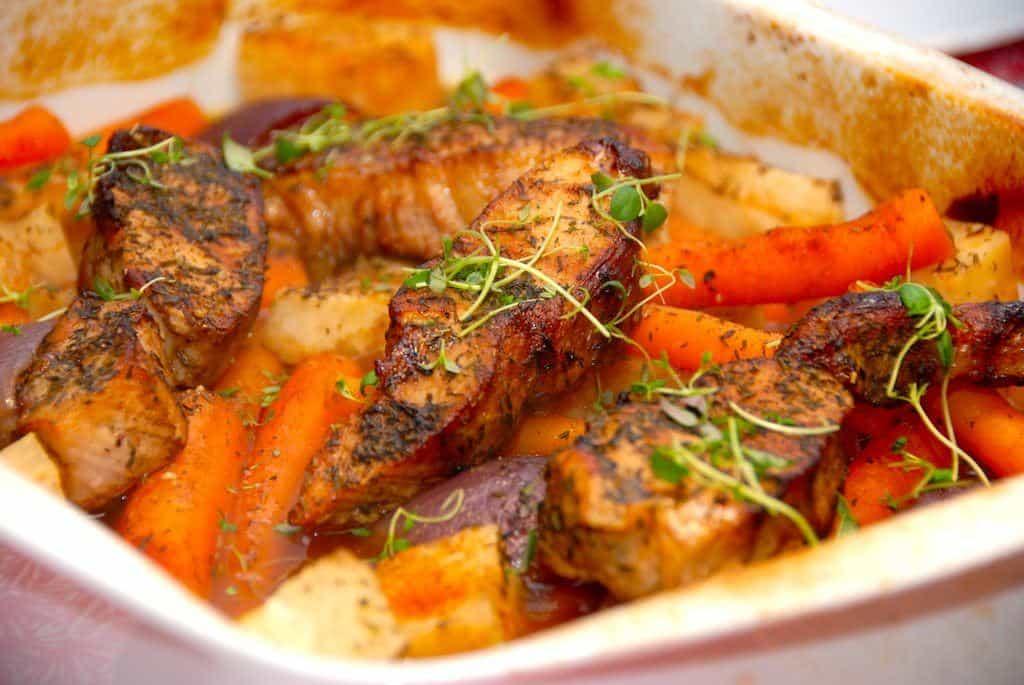 Gris i fad er dejlig hverdagsmad, hvor hele retten laves i ovnen. Så det er nem aftensmad. I fadet kommes også stykker af knoldselleri, rødløg og små gulerødder. Foto: Guffeliguf.dk.