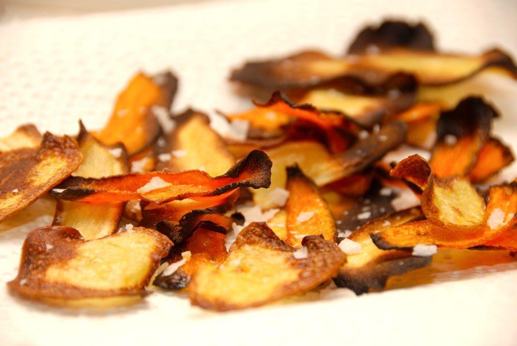 Nem opskrift på hjemmelavede rodfrugtchips, der steges i ovnen. Så undgår du den fede fritureolie. Du kan anvende alt fra pastinakker, persillerødder, rødbeder til kartofler. Foto: Guffeliguf.dk.