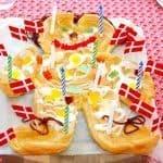 God kagemand af vandbakkelse, der pyntes med glasur og slik. Selvfølgelig med snørebånd som hår - og som snørebånd på skoene. Kagemanden passer til 6-8 personer. Foto: Guffeliguf.dk.