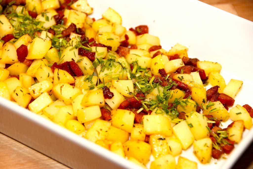 Lækre kartofler med chorizo, der også steges med en god bacon. Kartoflerne får en både røget og saltet smag, der passer virkelig godt til blandt andet kylling, men som også kan gå til koteletter og andet kød. Foto: Guffeliguf.dk.