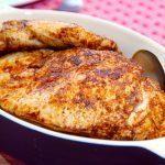 Saftig kyllingefilet med paprika. Bank kyllingekødet let med en kagerulle, så det blot er en omkring en centimeter tykt. Steg på panden i et par minutter på hver side ved en god varme. Foto: Guffeliguf.dk.
