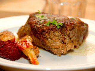 Sådan et stykke langtidsstegt nakkesteg er noget af det allermøreste kød, som du overhovedet kan lægge på en tallerken. Kødet brunes af, og langtidssteges derefter i ovnen. Foto: Guffeliguf.dk.