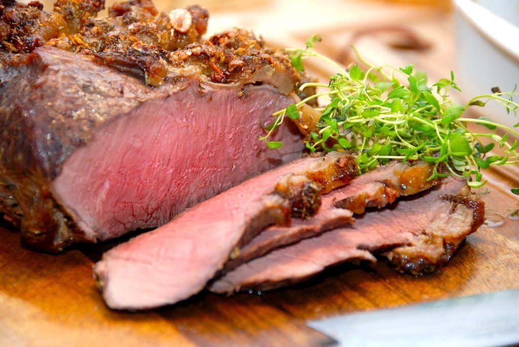Virkelig lækker og mør langtidsstegt oksetyndsteg, og læg mærke til den rosa farve på kødet. Den får du ved at tage oksetyndstegen ud af ovnen ved en kernetemperatur på 55 grader, og derefter lade stegen hvile i 20 minutter, uden at dække den til. Foto: Guffeliguf.dk.