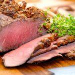 Virkelig lækker og mør langtidsstegt oksetyndsteg, og læg mærke til den rosa farve på kødet. Den får du ved at tage oksetyndstegen ud af ovnen ved en kernetemperatur på 55 grader, og derefter lade stegen hvile i 20 minutter, uden at dække den til. Foto: Madensverden.dk.