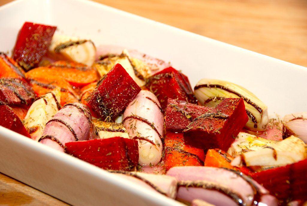 Lækre ovnbagte rodfrugter, der krydres med timian og balsamico, inden de bages helt møre i halvanden time. Foto: Guffeliguf.dk.