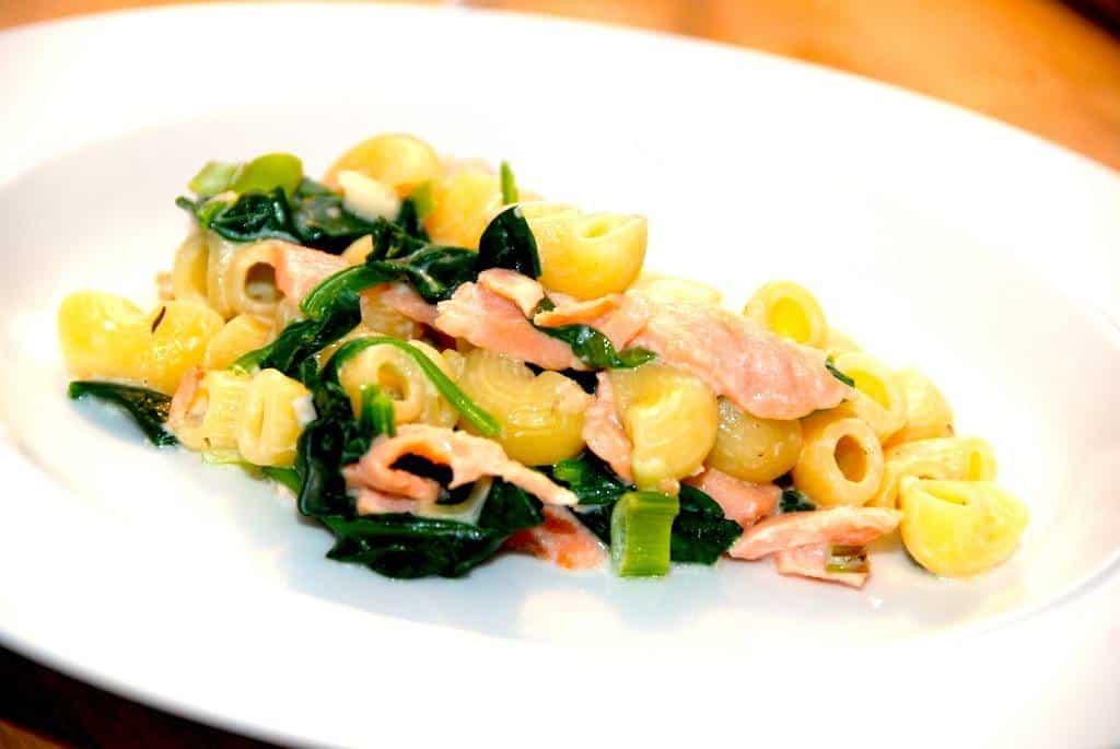 Pasta med røget laks og spinat - nem og lækker pastaret