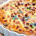 Skøn porretærte med skinke og spinat, der bages med en tærtebund med lidt grahamsmel. Tærten er rigelig stor til fire personer. Foto: Madensverden.dk.