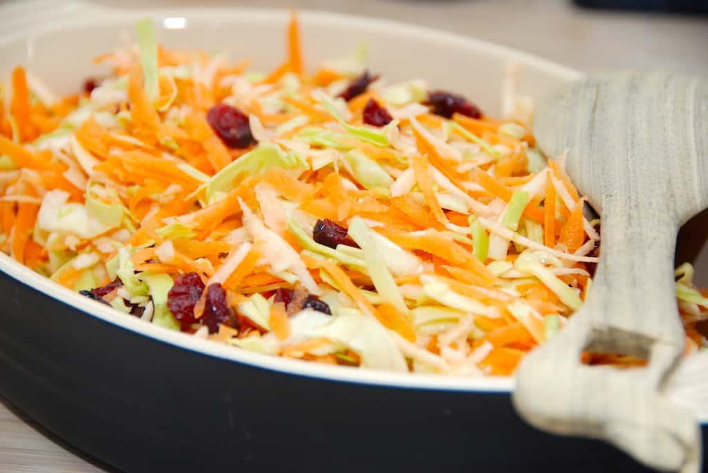 Råkostsalat med spidskål og gulerødder