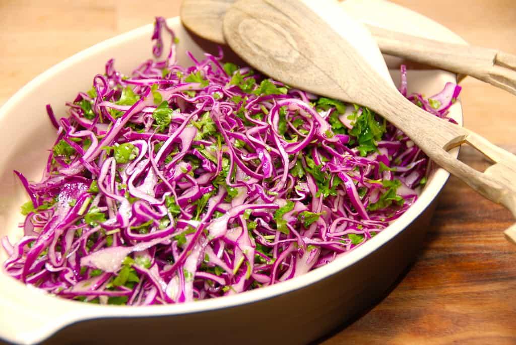 rød spidskål og persille salat med vinaigrette