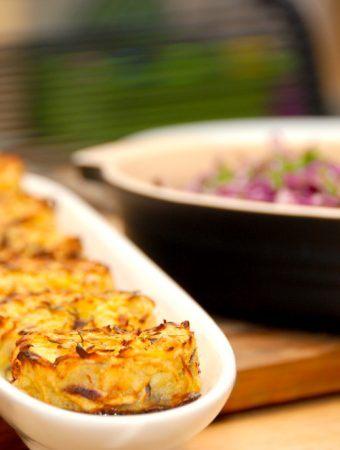 Røsti i ovn er en vidunderlig lille kartoffelkage, der er nem at lave. Her har jeg lavet røsti med kartofler og pastinakker, og de er super gode. Foto: Madensverden.dk.
