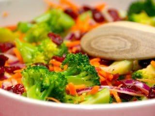 En farverig salat med broccoli og gulerødder. Kom også lidt rødløg og tørrede tranebær ved, og dryp med en dejlig dressing. Foto: Guffeliguf.dk.