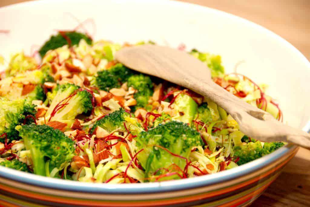 En nem salat med rødbedespirer, der har en del smag af rødbeder. Ikke overraskende. Skyl rødbedespirerne grundigt, og bland dem med spidskål, broccoli og hakkede saltmandler. Foto: Guffeliguf.dk.