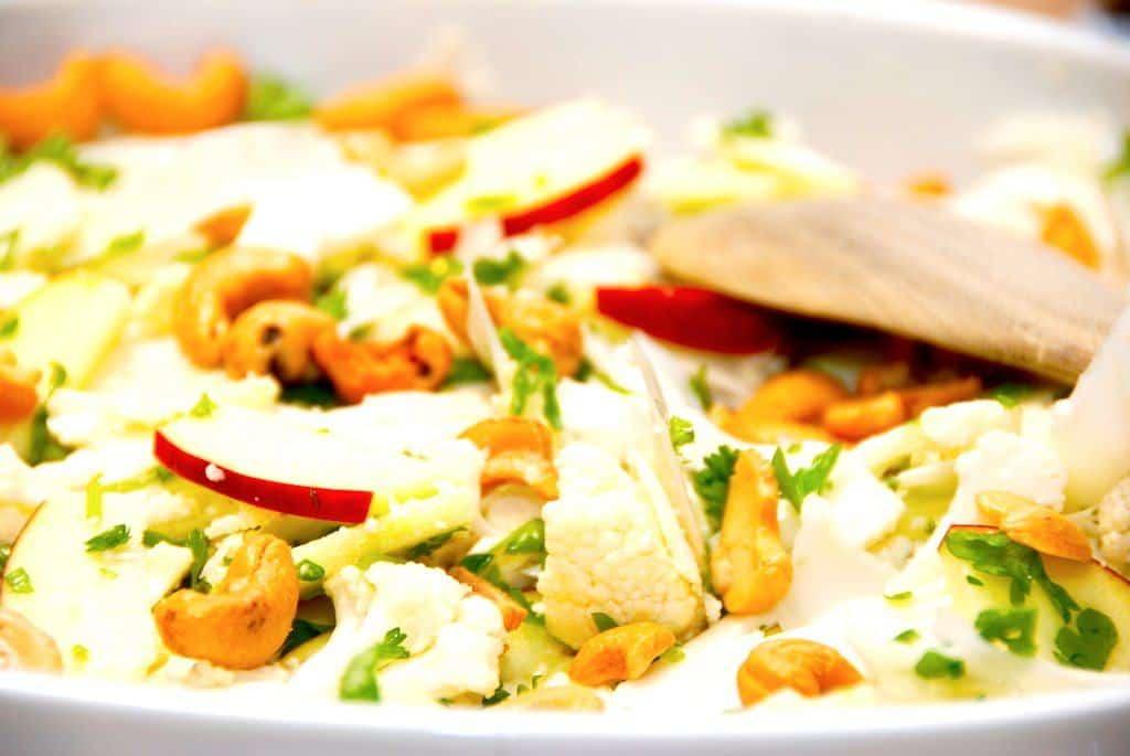 Salat med rå blomkål, æbler og cashewnødder