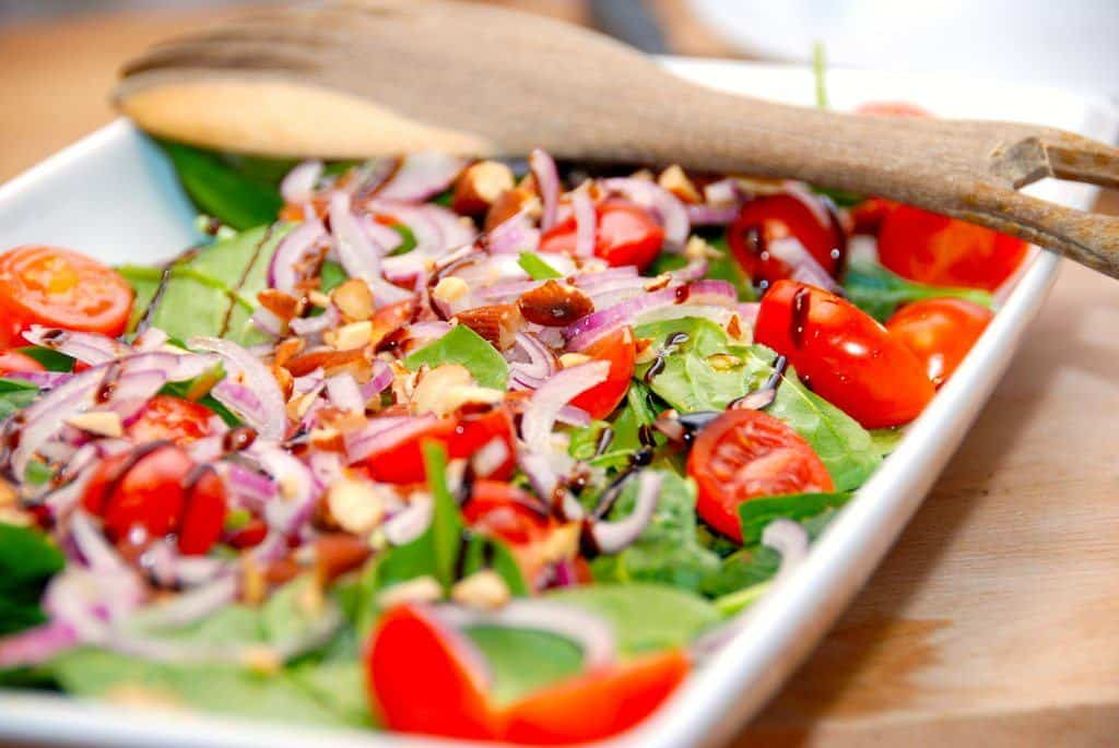 Salat med spinat og tomat