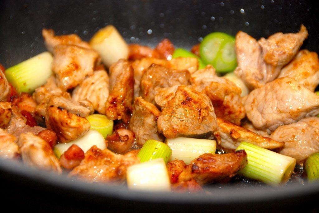 Dejlig skinkegryde med bacon. Gryden laves med skinketern, der brunes med bacon og forårsløg, som derefter koges møre med tomater og hønsefond. Foto: Guffeliguf.dk.