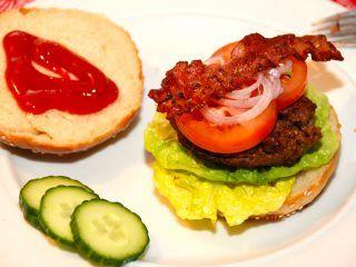 Verdens bedste burger med hjemmelavet burgerbolle, en god burgerbøf, og selvfølgelig salat, tomat, agurk og sprød bacon. Bedre bliver det ikke. Foto: Guffeliguf.dk.