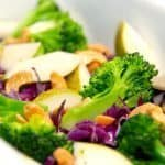 Salater med brocoli er lækre og friske salater. Salaten her er med pære og rød spidskål, men salaterne kan varieres i det uendelige. Foto: Guffeliguf.dk.