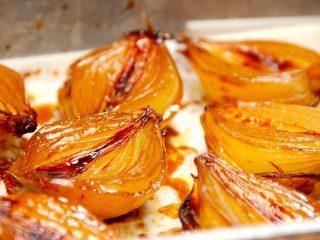 Se lige de bagte løg, der er karamelliserede zittauerløg. Løgene penslens med olie, balsamico og lys sirup, og bages derefter en time i ovnen. Foto: Guffeliguf.dk.