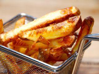 Sådan laver du verdens bedste pommes frites i ovn. Kartoffelstængerne koges først i lidt vand, der er tilsat eddike, og derefter bages de færdige i ovnen. Det giver dig meget sprøde pommes frites direkte fra ovnen. Foto: Guffeliguf.dk.