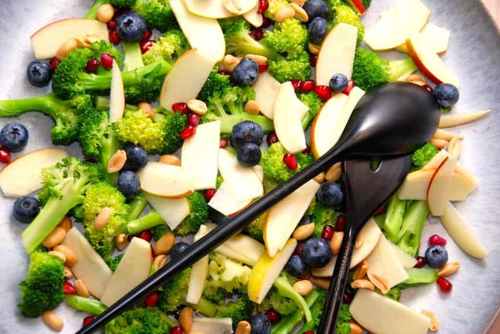 Broccolisalat med granatæblekerner og æble