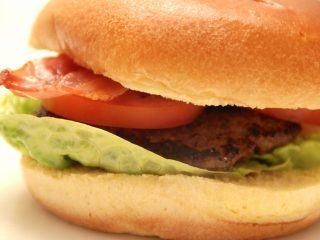 Prøv at lave dine burgerbøffer med Tuc saltkiks, der gør bøfferne mere saftige og lækre. Burgerbøfferne kan grilles eller steges på panden. Foto: Madensverden.dk.