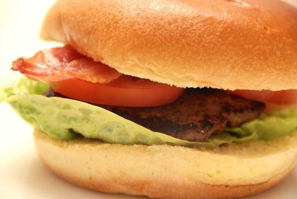 Burgerbøffer med Tuc saltkiks (til grill eller pande)