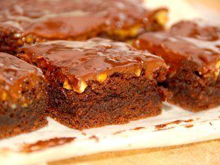 Virkelig lækker chokoladebrownie med valnødder og chokoladecreme. Brownien bages i 25 minutter, og efter afkøling påføres chokoladecremen, der laves af piskefløde og mørk chokolade. Foto: Madensverden.dk.