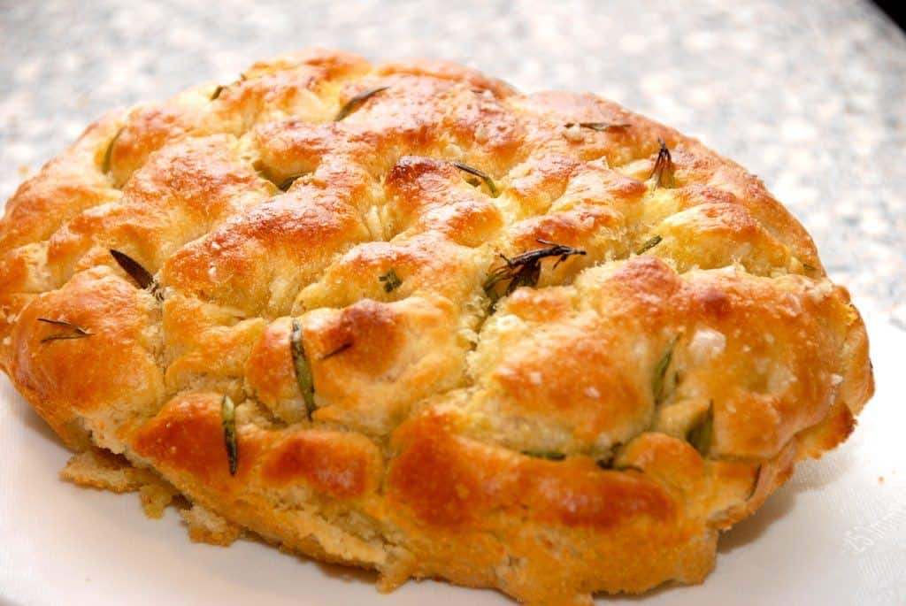 Focaccia er et godt, italiensk brød, der er er meget nem at bage. Dejen er lidt tynd, og der skal lidt olie til, men focaccia er et super godt madbrød. Foto: Madensverden.dk.