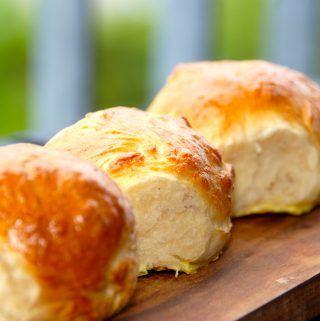 Fødselsdagsboller er lækre boller, der bør være lov ved enhver fødselsdag. Bollerne er bagt med smør og sødmælk - og er meget smagfulde. Foto: Madensverden.dk.