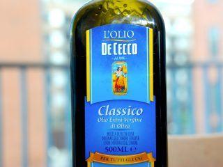 En god pesto med basilikum indeholder naturligvis også en god olivenolie, hvidløg, pinjekerner og parmesan. Genrefoto: Guffeliguf.dk.
