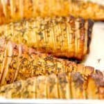 Lækre hasselback pastinakker, der selvfølgelig er inspireret af de klassiske hasselback kartofler. Pastinakkerne er perfekt tilbehør til retter med kød. Foto: Guffeliguf.dk.