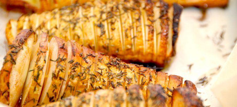 Lækre hasselback pastinakker, der selvfølgelig er inspireret af de klassiske hasselback kartofler. Pastinakkerne er perfekt tilbehør til retter med kød. Foto: Madensverden.dk.