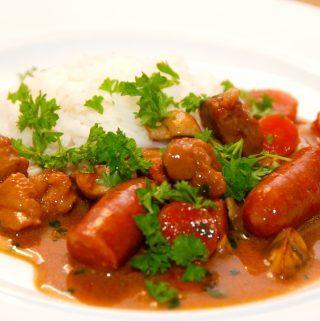 Jægergryde med kogte ris er en god og lækker gryderet, der serveres med løse ris eller kartoffelmos. Jægergryden indeholder blandt andet nakkefilet i tern, bacon, sm pølser og champignon. Foto: Madensverden.dk.