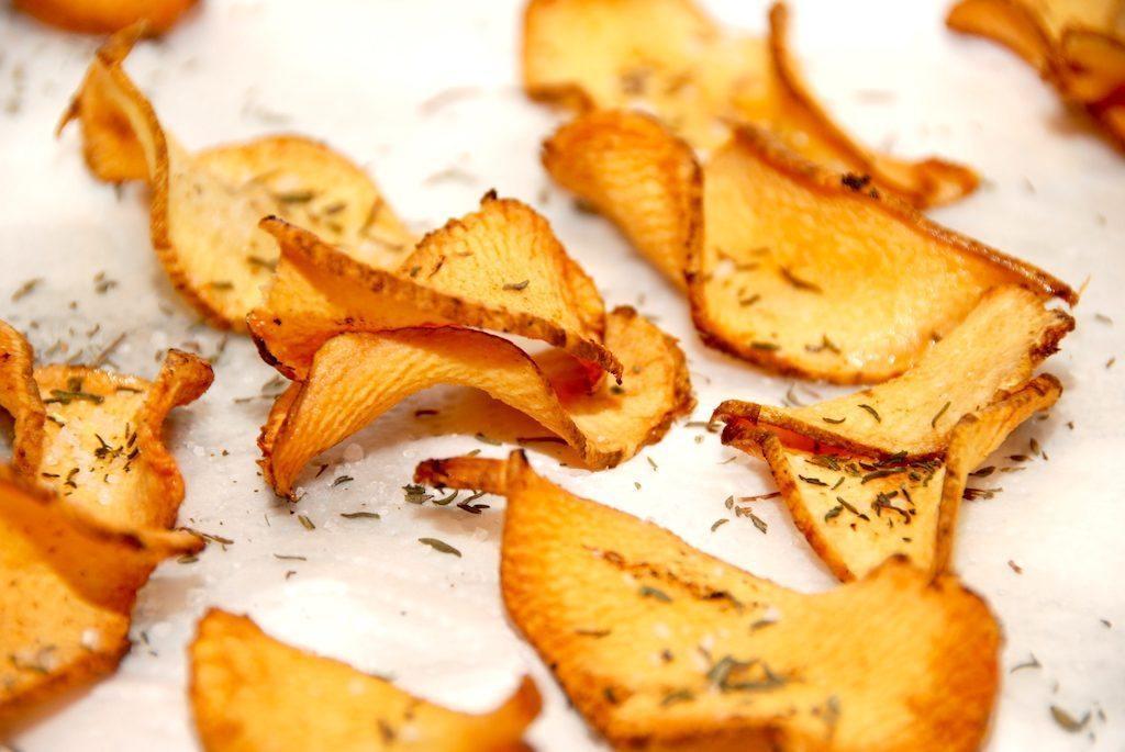 Lækre og sprøde jordskokkechips, der laves af helt tynde skiver jordskokker. Steg de lækre chips et par minutter i varm olie. Foto: Guffeliguf.dk.