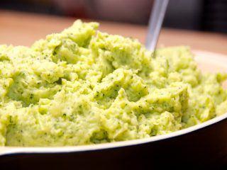 Lækker kartoffel og broccoli mos, der nem at lave. Kartofler koges møre med broccoli, og moses med smør og lidt mælk. Foto: Madensverden.dk.