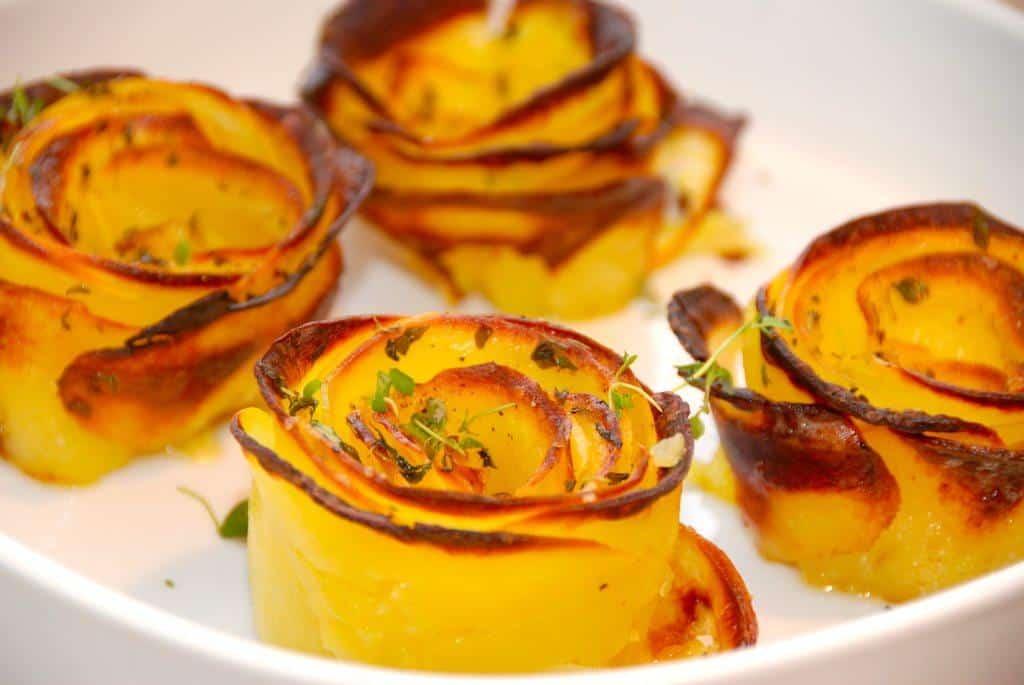 Se lige disse smukke kartoffelroser, som pryder enhver tallerken. Kartoffelroserne laves af tynde skiver kartofler, der samles i en muffinform. Derefter pensles de med smør. Foto: Madensverden.dk.