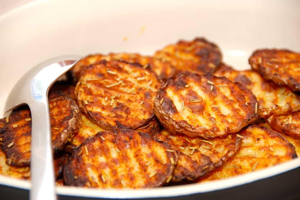Kartoffelskiver (bølgeskårne med paprika og rosmarin)