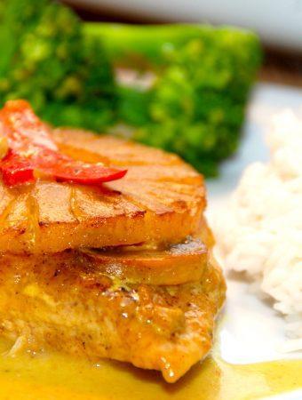 Lækre koteletter med ananas, der tilberedes i et fad i ovnen, og det giver en dejlig karrysovs. Serveres med løse ris og broccoli. Foto: Madensverden.dk.