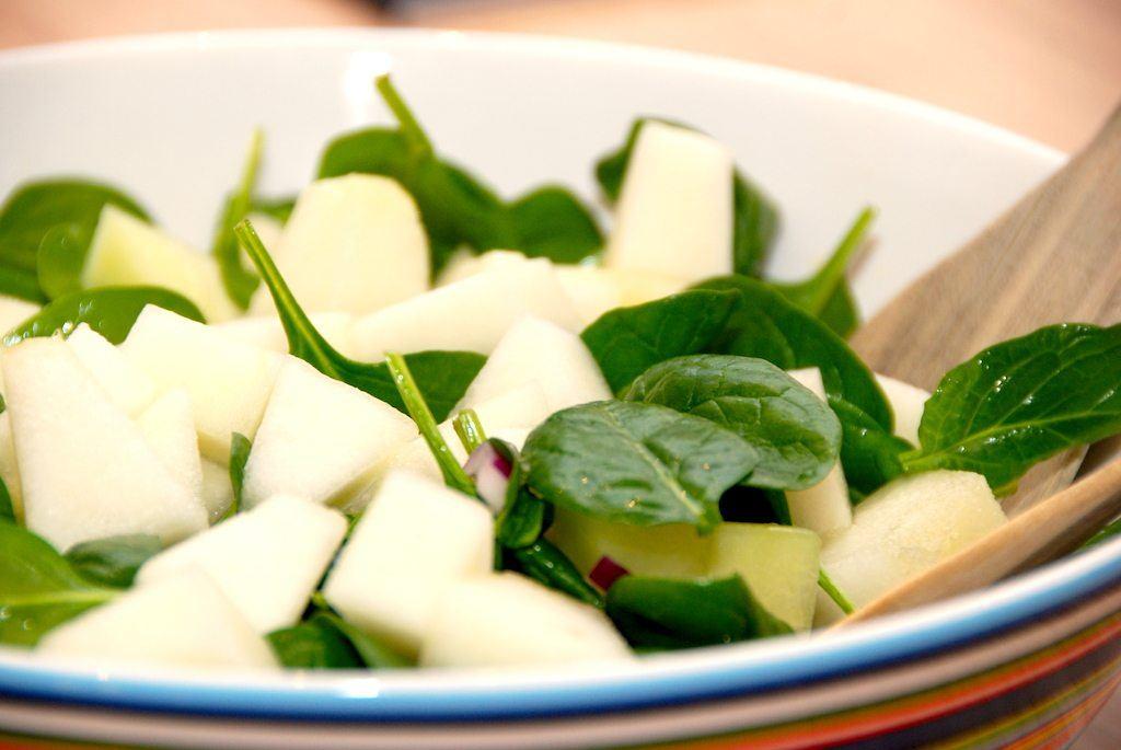 En helt simpel melonsalat med spinat og rødløg, der virkelig smager godt. De få ingredienser gør salaten let at lave. Foto: Guffeliguf.dk.