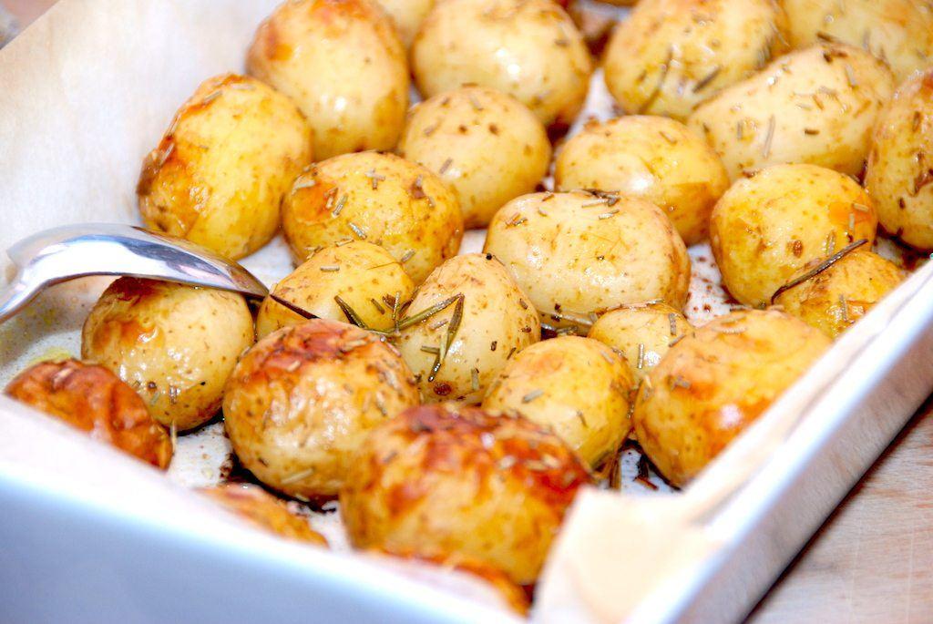 Små og lækre ovnkartofler med rosmarin, der bages i ovnen i cirka halvanden time. Foto: Guffeliguf.dk.